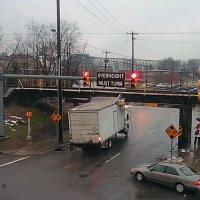 «Мост глупости»: он срезал крыши 110 грузовикам (ВИДЕО)